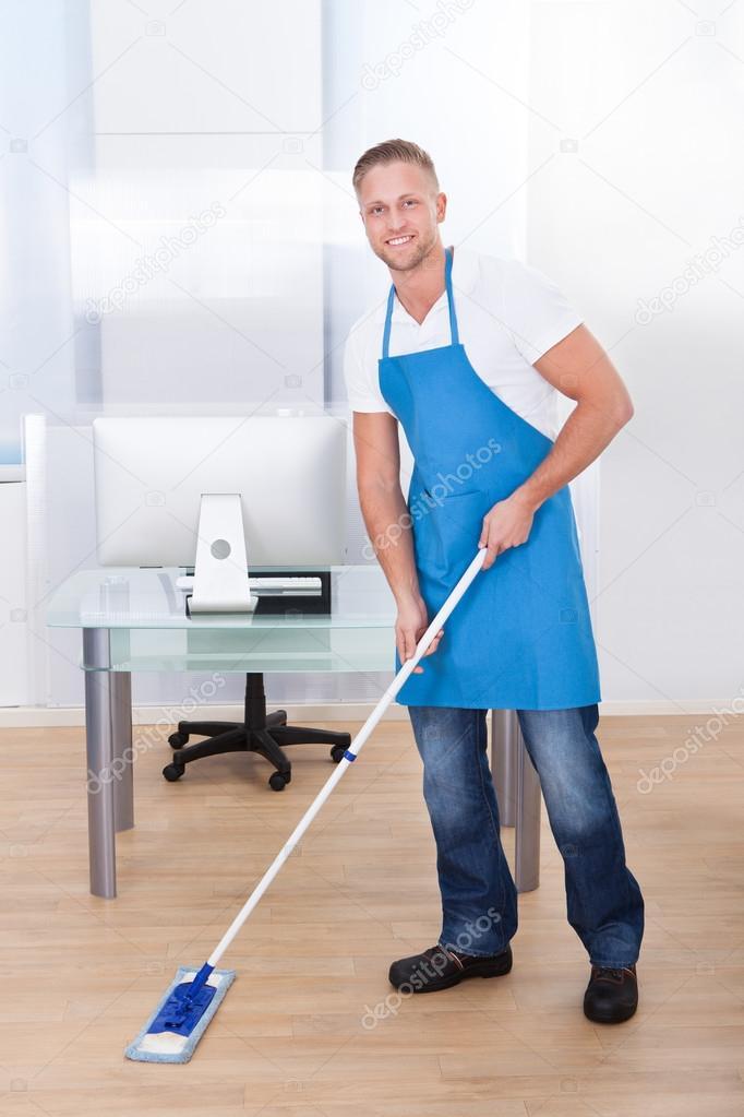Conserje Limpieza Del Piso En Un Edificio De Oficinas