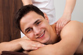 Man ontvangende schouder massage in de spa — Stockfoto