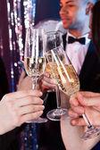 友達のナイトクラブでシャンパンの乾杯 — ストック写真