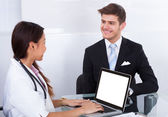 Businessman Consulting Doctor — Stockfoto