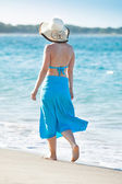 Woman Wearing Sunhat Walking On Beach — Stok fotoğraf
