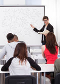 Teacher Teaching Chemical Formulas To College Students — Foto Stock