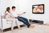 Pareja en el salón viendo la televisión — Foto de Stock