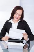 Šťastný podnikatelka čtení dokumentu — Stock fotografie