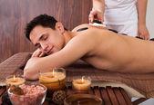 Man erhalt lastone therapie im spa — Stockfoto