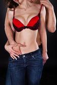 Inserimento mano in jeans della donna l'uomo mentre si baciano sul collo — Foto Stock