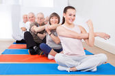 Trainer And Senior Customers Exercising — Stockfoto