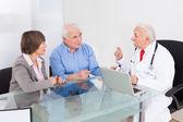 Couple de personnes âgées discuter avec le médecin — Photo