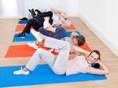 People Doing Sit Ups At Gym — Stock Photo