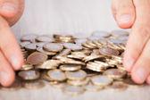 実業家の手を収集のユーロ硬貨 — ストック写真
