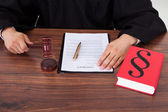 Judge With Mallet And Weight Scale — Stock Photo