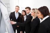 Businesspeople, guardando la lavagna a fogli mobili — Foto Stock