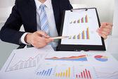 Grafici visualizzando uomo d'affari — Foto Stock