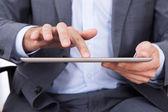 Uomo d'affari e tablet — Foto Stock