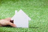 Haus hand holding — Stockfoto