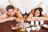 Massaggio di coppia felice ricevendo spalla presso beauty spa — Foto Stock