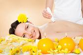 Mujer recibe tratamiento de microdermabrasión — Foto de Stock