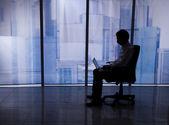 Homme d'affaires à l'aide d'ordinateur portable sur le bureau — Photo