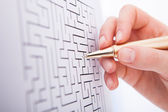 Businesswoman Solving Maze Puzzle — Stockfoto