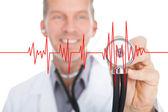Médecin écoute rythme cardiaque — Photo