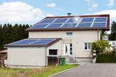 Casa con paneles solares — Foto de Stock