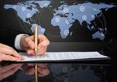 Affärsman underteckna kontrakt — Stockfoto