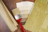 Kleur verf behang en tapijt keuze voor interieur — Stockfoto