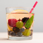 Lemonade with berries — Stock Photo