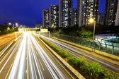 Gece yoğun trafiği olan şehirde — Stok fotoğraf