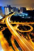Staden natten med ljus av bilar — Stockfoto