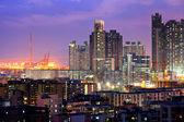 Hong kong con edificios de llenos en la noche — Foto de Stock
