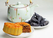 Moon cake with tea and water caltrop — Stock Photo