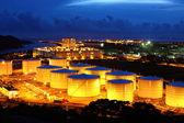 Tanques de aceite por la noche — Foto de Stock