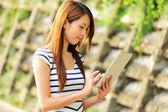 Młoda kobieta Azji z komputera typu tablet odkryty — Zdjęcie stockowe