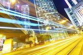 在夜间交通的现代化城市 — 图库照片