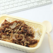 Fast-food lunch op Bureau — Stockfoto