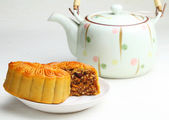 Chinese teapot with mooncake — Stock Photo