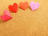оригами красочные сердца на пробковой доске — Стоковое фото