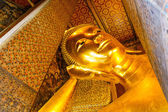 Golden Reclining Buddha statue, Wat Pho — Stock Photo