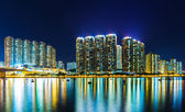 Immeuble d'habitation dans la nuit à hong kong — Photo
