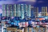 Immeuble d'habitation à hong kong dans la nuit — Photo