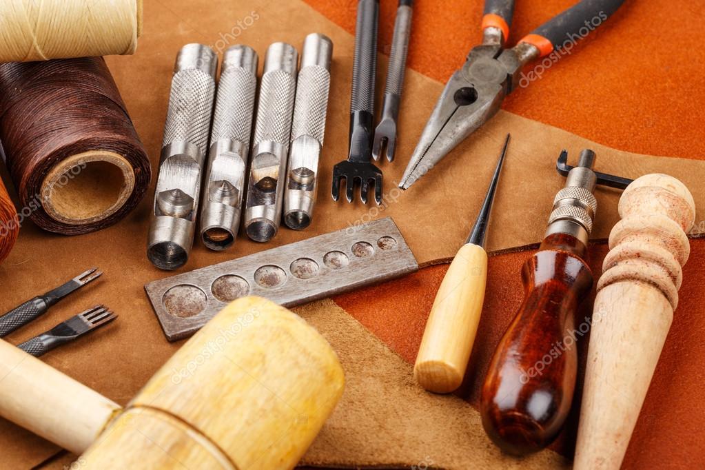 Armario Com Chave Pequeno ~ Ferramenta de artesanato caseiro de couro e acessórios u2014 Fotografias de Stock u00a9 leungchopan