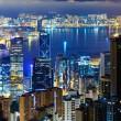 skyline di Hong kong città di notte con il porto di victoria e skyscra — Foto Stock
