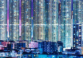 人口过剩在晚上在香港现代建设 — 图库照片