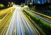 Hektisk trafik på motorväg på natten — Stockfoto