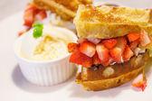 Gaufres avec fraises et crème glacée — Photo