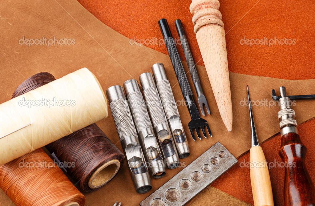 Armario Com Chave Pequeno ~ Ferramenta de artesanato de couro feitosà m u00e3o u2014 Fotografias de Stock u00a9 leungchopan #31869421