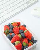 здоровый обед box в рабочий стол — Стоковое фото