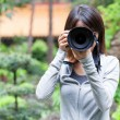 Female photographer takes photo — 图库照片
