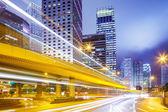 Drukke verkeer in de stad bij nacht — Stockfoto